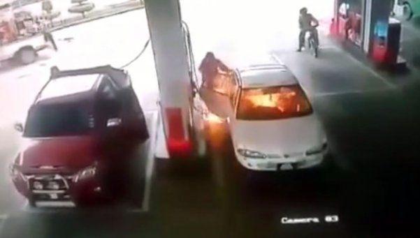 Video | Con un niño adentro, un auto se prendió fuego en estación de servicio