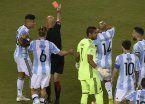 Con dos rojas insólitas, el árbitro brasileño fue un lamentable protagonista