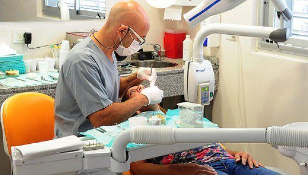 Buscan que obras sociales cubran los implantes dentales