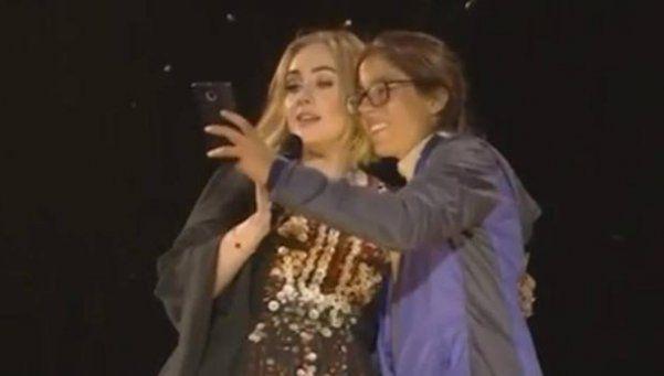 Video | Adele le eructó en la cara a una fanática en pleno show