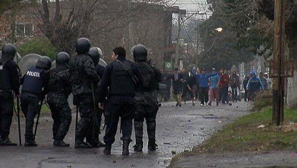 Desafectan a 4 jefes policiales por tirar piedras durante incidentes en Ituzaingó