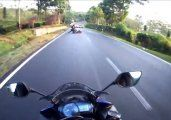 Video | Se tira de la moto para salvarse de un choque seguro