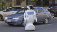 Robot escapa de laboratorio y aterroriza a automovilistas
