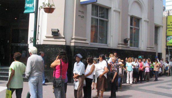 La Plata: cobrarán impuestos a las filas de los bancos y al uso del asfalto