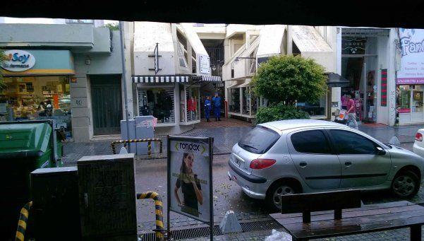 A metros de una comisaría, saquearon galería de Bernal