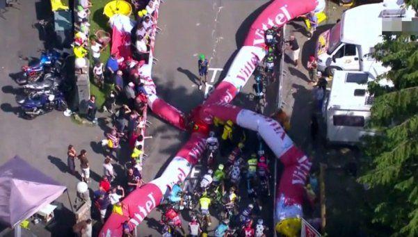 Video | El blooper que pudo ser tragedia en el Tour de France