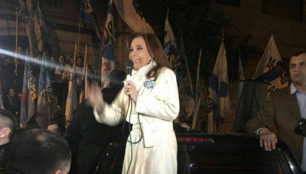 Cristina le habló a la militancia, tras el retraso del vuelo a Santa Cruz