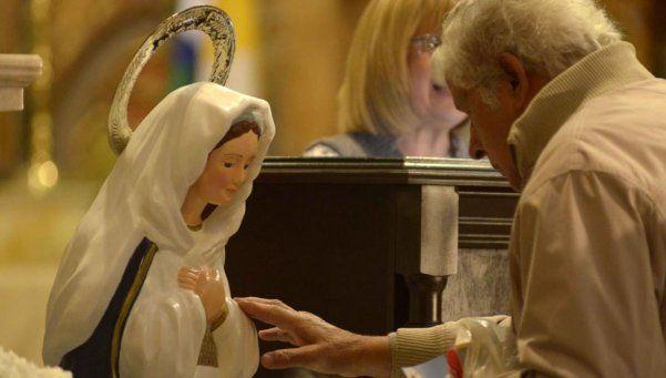 Río Cuarto: aseguran que caen lágrimas de la imagen de una Virgen