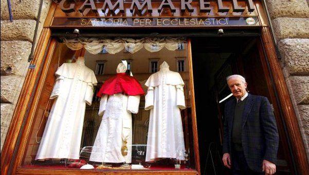 El Papa no tiene quien lo vista: murió su sastre