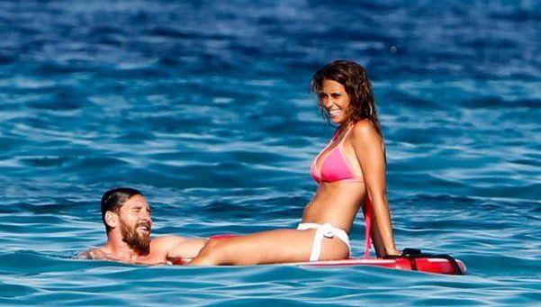 Fotos | Antonella Roccuzzo sigue calentando las aguas de Ibiza