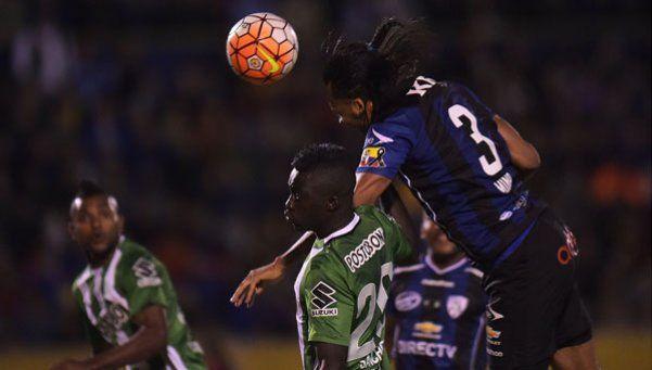 Así juega Arturo Mina: impasable por arriba y flojo en el mano a mano