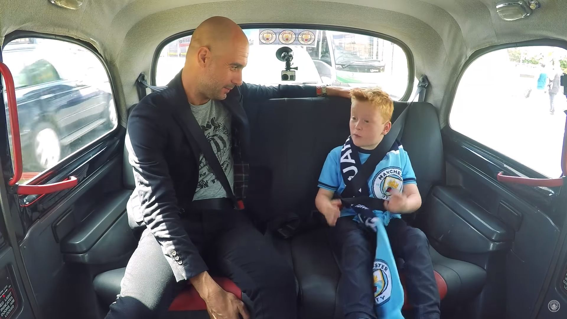 Video | Guardiola sorprendió en un taxi a pequeño fan del City