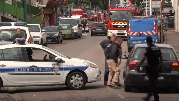 Toma de rehenes en plena misa en Francia: asesinan a cura a cuchillazos
