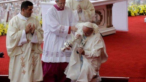 El Papa se cayó durante una misa en un santuario de Polonia
