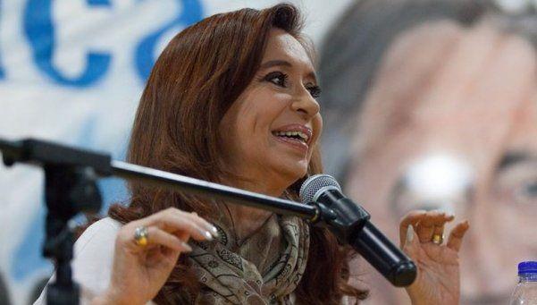 Inventan propiedades a CFK mientras hay colas por 2 manzanas gratis