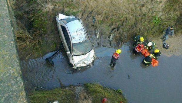 Un muerto y tres heridos al despistar un auto y caer a un arroyo en Entre Ríos