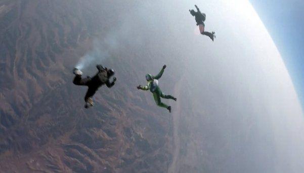 Saltó desde 7.620 metros sin paracaídas y sobrevivió