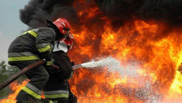 Detuvieron a hombre que incendiaba una casa con su familia adentro