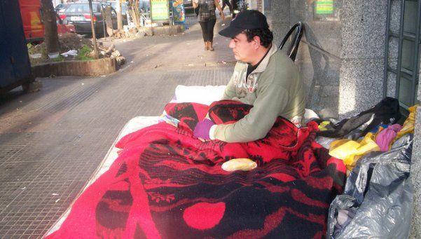 Personas solas y familias duermen en Hospital Evita