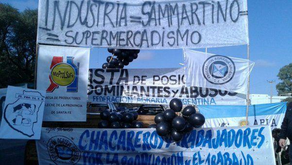 Tamberos regalan leche en Rafaela para denunciar la crisis del sector