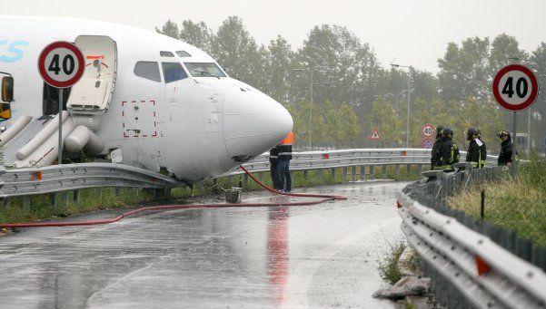 Avión aterriza en plena ruta de Italia tras derrapar en pista