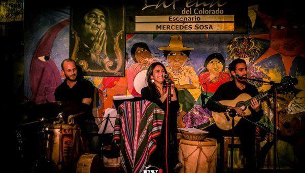 El dúo folklórico Takiri, en el teatro municipal quilmeño