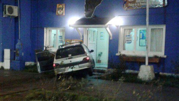 Villa La Angostura: borracho, destruyó la entrada de una comisaría