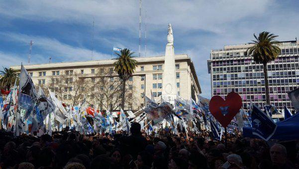 Una multitud acompañó a las Madres de Plaza de Mayo en su ronda 2000