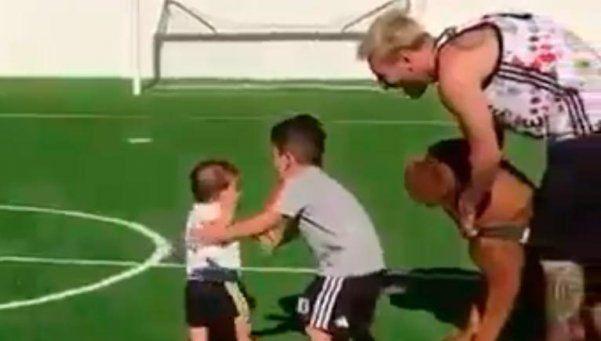 Video | El hijo de Messi da sus primeros pasos en una cancha de fútbol
