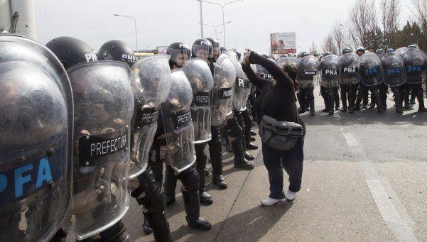 Con un camión hidrante, la Policía reprimió a jubilados en el Puente Pueyrredón