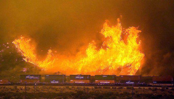 Más de 80 mil evacuados en California por brutal incendio