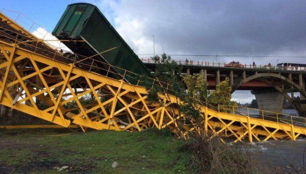 A Chile le pasan todas: tren con soda caustica cayó a un río