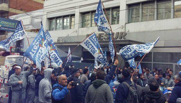 Persiste conflicto con Edesur por los despidos en Lomas de Zamora