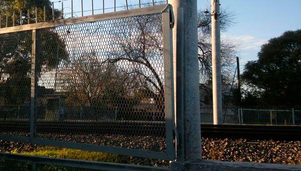Roban con impunidad las rejas del tren Roca