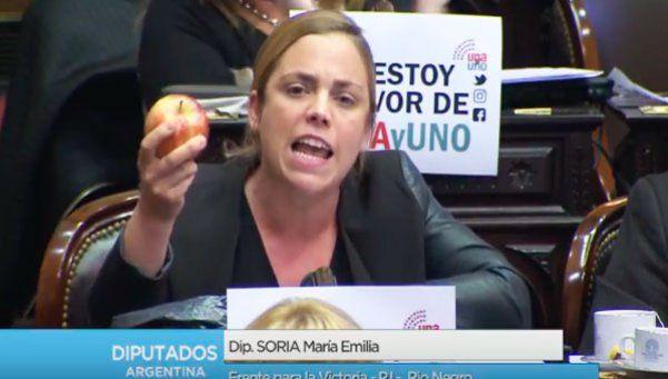 Video I Diputada de Río Negro apuró a Peña manzana en mano