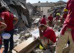 Italia: rescatan a nena tras estar 16 horas bajo los escombros