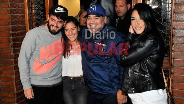 """Cena familiar en otra noche """"de Diez"""" para Diego y Junior"""