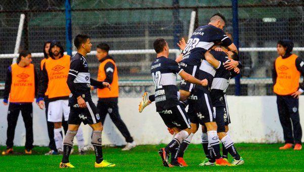 Con uno menos desde el primer tiempo, Gimnasia venció a Vélez
