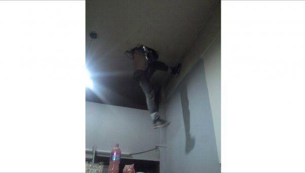 Menor entró a robar y quedó colgando del techo