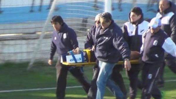 Video | Otra vez un futbolista chocó la cabeza contra un paredón