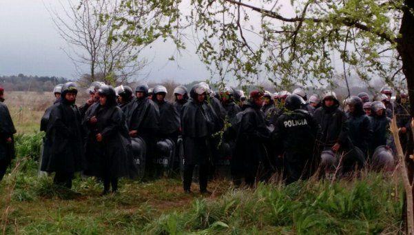 Atacaron a policías tras la toma en Moreno