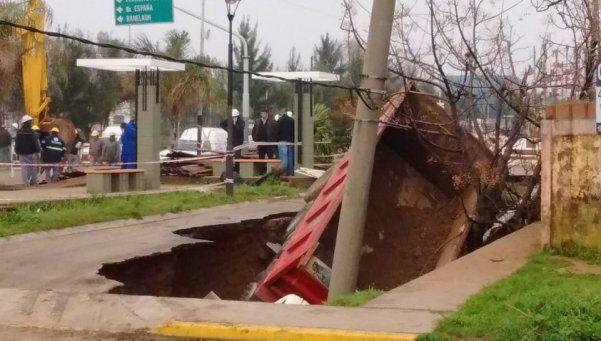 Fotos   Un cráter de 5 metros se tragó un camión en Berazategui