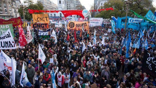Distintas fuerzas marchan a la Audiencia Pública del Gas