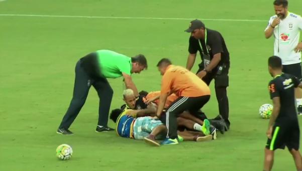Neymar, tackleado por fanáticos en el entrenamiento de Brasil