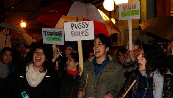Besazo frente al bar La Biela, contra la discriminación