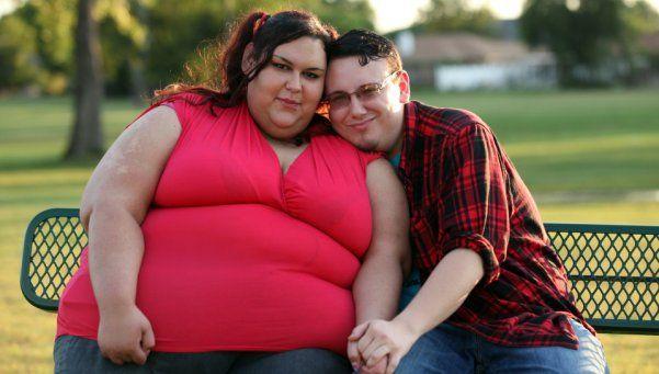 Come por un embudo y quiere ser la mujer más gorda del mundo