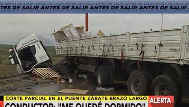 Un camión chocó y quedó colgando del puente Zárate - Brazo Largo