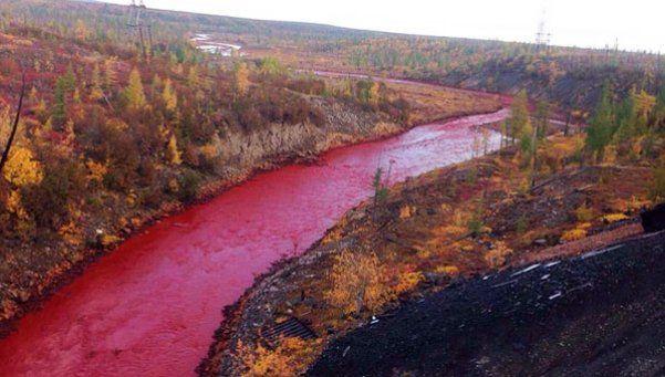 Preocupación por un río que se tiñó de rojo