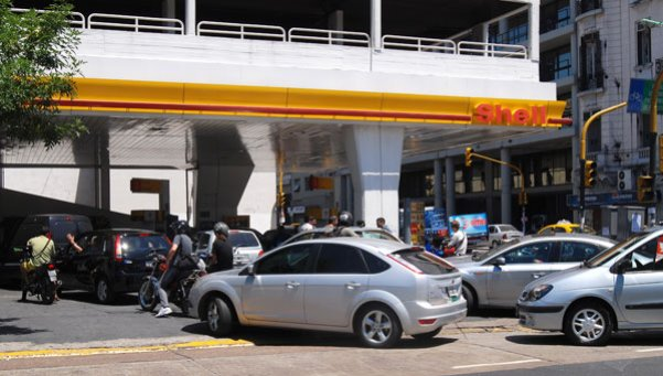 Shell desinvierte: vendería sus 600 estaciones de servicio en el país