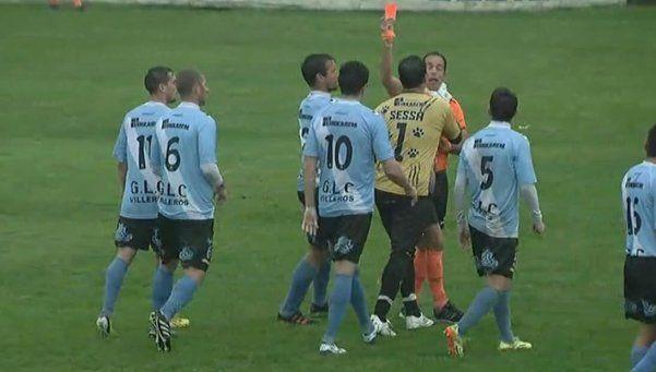 Video | Una vez más, Sessa agarró del cuello a un árbitro